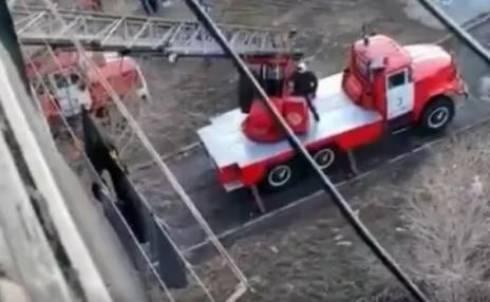 Сопротивлявшуюся семью силами пожарных и полиции увезли на карантин в Караганде