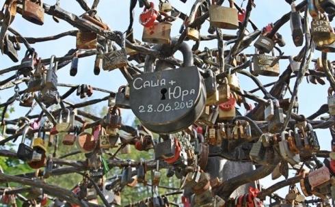 В Караганде молодоженам предложат вешать замки любви на кованые деревья