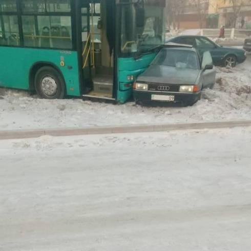 Автобус с 45 пассажирами попал в ДТП с автомобилем в Караганде
