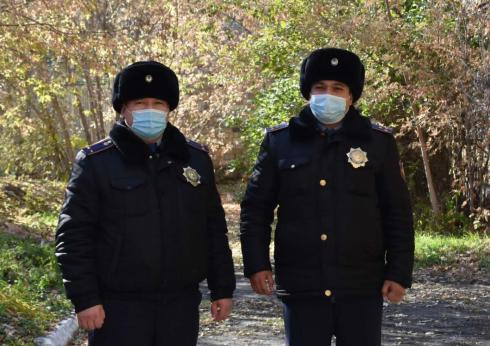 Полицейские вынесли детей из горящего подъезда в Караганде