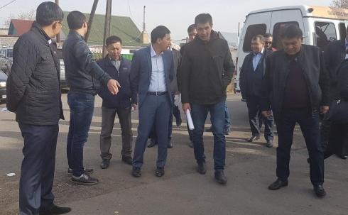 Депутаты Карагандинского маслихата в новом асфальте обнаружили трещины