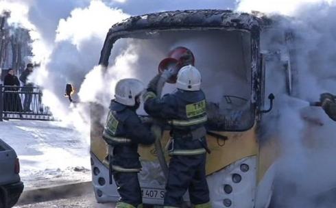 В Караганде возле школы  сгорел китайский микроавтобус