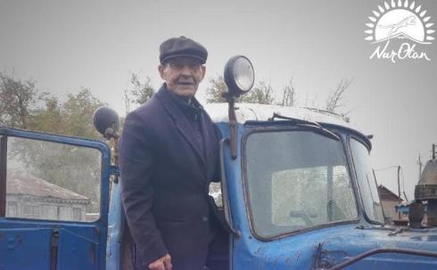 Сарыозенский супермен: 82-летний сельчанин чистит дорогу, чтобы село не отрезало от цивилизации