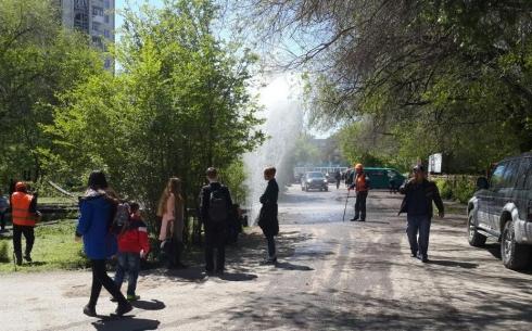 В Караганде фонтан стал бить из-под земли после проведения гидравлических испытаний