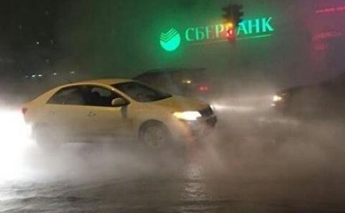 В Караганде в микрорайоне Восток произошел крупный порыв тепловой сети