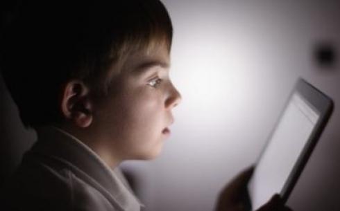 Успокоение детей с помощью планшетов признали опасным для развития личности