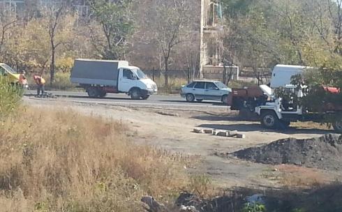 В Караганде откапывают закатанный во время капитального ремонта дороги колодец