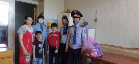 Продуктовые корзины передали многодетным семьям полицейские Караганды