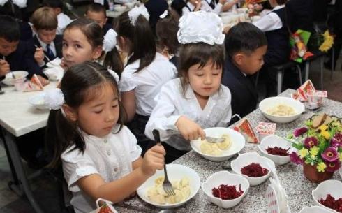В Казахстане отменили бесплатное питание в школах