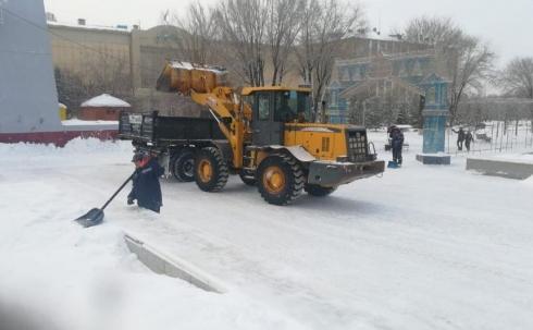 Из парков и скверов Караганды ежедневно вывозят 840 кубометров снега
