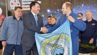 Экипаж космонавтов подписал герб Караганды