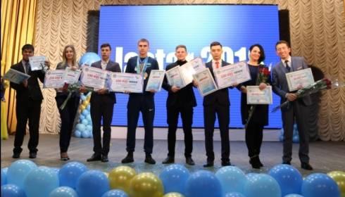 В городах Карагандинской области вручили премии молодым активистам и предпринимателям