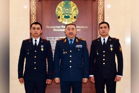 Министр внутренних дел наградил полицейских, спасших карагандинку от суицида