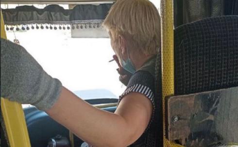 Кондуктор одного из карагандинских маршрутов курила в салоне автобуса