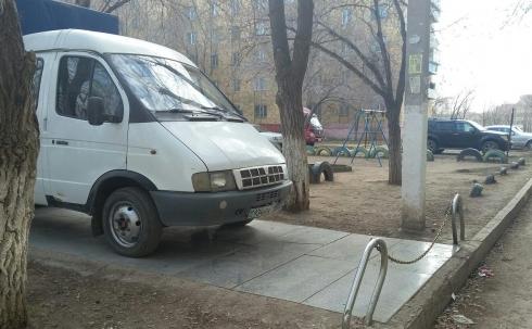 В Караганде автомобилисты устраивают незаконные автостоянки на детских площадках