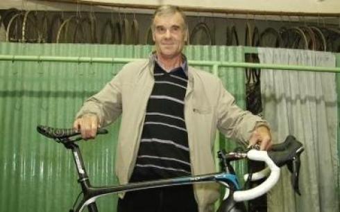 Винокуров подарил тренеру из Темиртау профессиональный велосипед