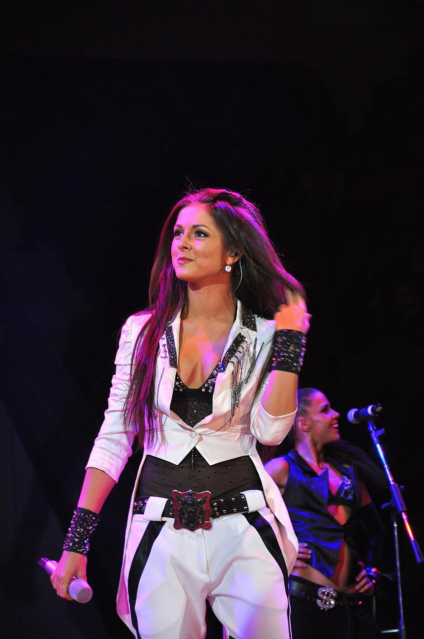 Нюша на концерте фото